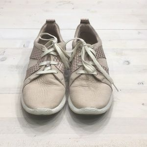Clark's leather sneakers with max cushion sz 9